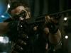 Комедиант из фильма «Хранители» («Watchmen») стреляет из «Ithaca М-37»