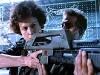 Капрал Хигс объяснят Рипли как стрелять по «Чужакам»